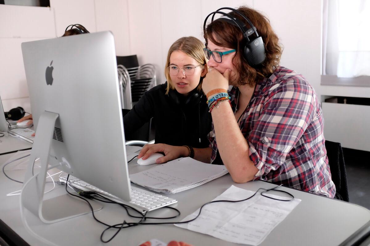 Teilnehmer*innen bei der Arbeit im Schnitt Workshop während des filmcamp