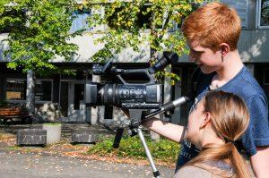 Teilnehmer*innen vom Kamera Workshop des filmcamp während der Dreharbeiten